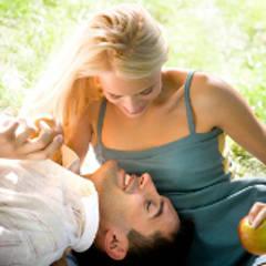 Frau begleitet ihren Mann bei seelischer Heilung in innerer Reise